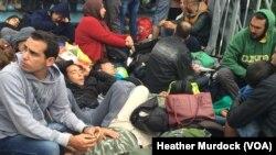 یورپی ممالک سلووینیا اور کروشیا کی سرحد پر موجود پناہ گزین جو کئی روز سے سرحد کھلنے کے انتظار میں کھلے آسمان تلے پڑاؤ ڈالے ہوئے ہیں