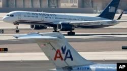 美国航空公司(American Airlines)和全美航空公司(US Airways)的客机2013年2月14日在亚利桑那州凤凰城国际机场的照片。