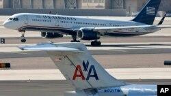美國航空公司(American Airlines)和全美航空公司(US Airways)的客機2013年2月14日在亞利桑那州鳳凰城國際機場的照片。