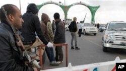 점령지의 도로를 차단하고 있는 리비아 반군