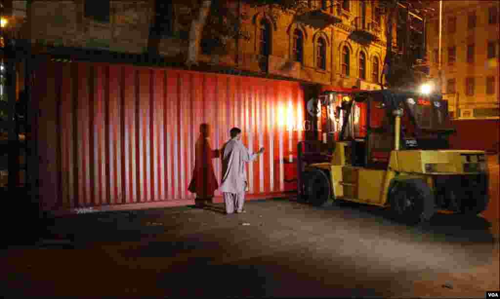 کراچی: شہر کی مرکزی شاہراہ ایم اے جناح روڈ پر کنٹینر لگائے جا رہے ہیں۔