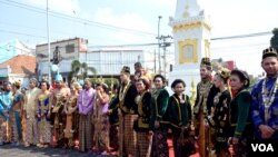 Acara nikah bersama di Yogyakarta, yang diikuti mahasiswa asing. (VOA/Munarsih Sahana)