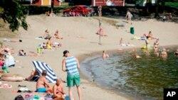 Người Phần Lan tắm nắng trên bãi biển Vaasa, Phần Lan, ngày 19/7/2018.