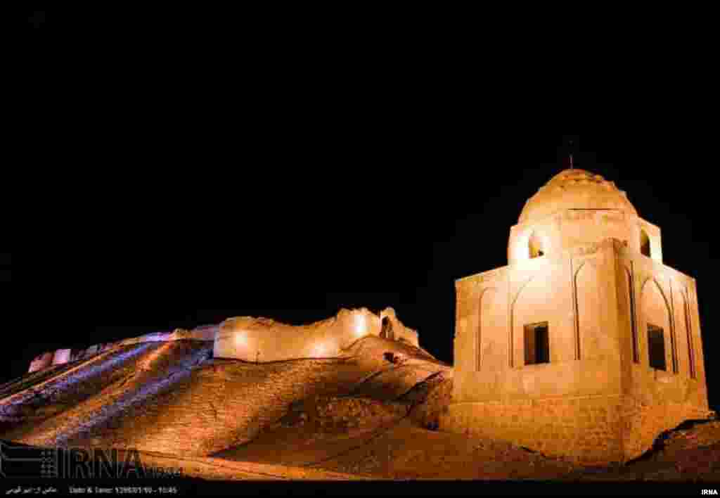 قلعه «اژدها پیکر» یکی از قلعه های قدیمی لار است و چون به شکل اژدهاست به این نام معروف شده است. عکس: امیر قیومی