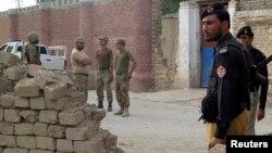 巴基斯坦保安部队在一个监狱外巡逻