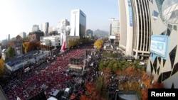 """Người dân Hàn Quốc hô khẩu hiệu và mang các áp phích """"Park Geun-hye Out"""", trong một cuộc biểu tình chống Tổng thống Hàn Quốc Park Geun-Hye tại Seoul, Hàn Quốc, ngày 12 tháng 11 2016."""