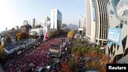 서울 도심에서 12일 열린 대규모 집회에서 참가자들이 박근혜 대통령 퇴진을 요구하는 구호를 외치고 있다.