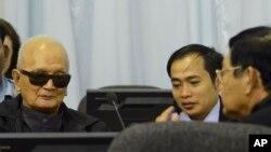 Nuon Chea (à g.), au tribunal de Phnom Penh