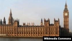 Tháp chuông Big Ben nằm bên phải Tòa Nhà Quốc Hội Anh