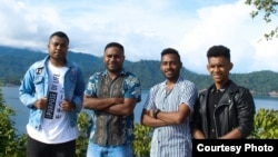 Tim Bajalan yang berbasis di Kota Serui. Kiri ke kanan: Marfin Raubaba (fotografer), Marsel Kurni (desain grafis), Valdo Arera (marketing), dan Ben Kirihio (pengembang aplikasi). (Courtesy: Aksamina Woisiri/Bajalan)