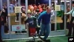 感恩节过后消费者争先涌进商店