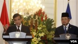 PM Perancis François Fillon dan Presiden Susilo Bambang Yudhoyono dalam konferensi pers bersama, usai pertemuan bilateral di Istana Merdeka (1/7).