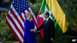 Menlu Amerika Hillary Clinton berjabat tangan dengan Presiden Burma Thein Sein sebelum menggelar pertemuan bilateral di Siem Reap, Kamboja (13/7).