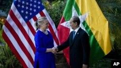 13일 캄보디아에서 만난 힐러리 클린턴 미 국무장관(왼쪽)과 테인 세인 버마 대통령.