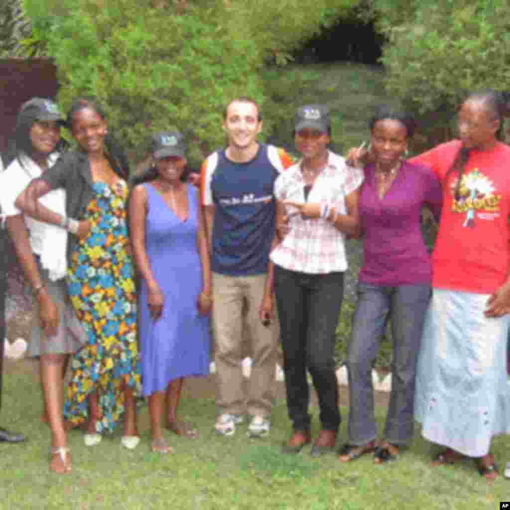 Des citoyens journalistes et fans de la VOA posent avec Nicolas Pinault,à Likasi, Katanga, RDC (novembre 2011)