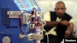 Ảnh tư liệu - Một người đàn ông đang đợi lọc máu tại một bệnh viện ở Gaza.
