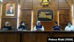 Gubernur Jawa Timur Khofifah Indar Parawansa menyampaikan perkembangan kasus penyebaran virus corona di Surabaya, Jawa Timur, Sabtu, 21 Maret 2020. (Foto: Petrus Riski/VOA)