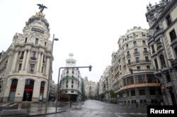 Suasana sepi di Gran Vía de Madrid pada masa lockdown nasional Covid-19 yang kemungkinan akan diperpanjang di Spanyol.