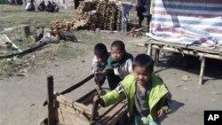 ကခ်င္ျပည္နယ္ လို္င္ဇာၿမိဳ႕ အနီးက ကခ်င္စစ္ေျပးဒုကၡသည္စခန္းတြင္းက ကေလးငယ္မ်ား ( ဇန္နဝါရီ ၄၊ ၂၀၁၃)။