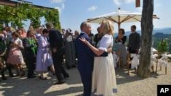 普京與克奈斯爾在婚禮上跳舞