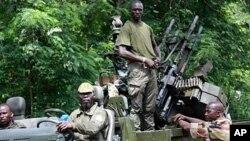 Mayakan da ke goyon bayan Ouattara, rike da makaman su a garin Duekoue, a yammacin kasar Ivory Coast.