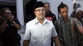 Bupati Garut Aceng H.M. Fikri saat dicegat wartawan awal Desember 2012 di Bandung, Jawa Barat. (AP/Kusumadireza)