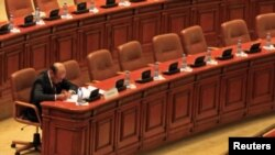 罗马尼亚总统巴塞斯库7月6日坐在议会里,等候议会就弹劾他一事进行表决