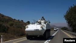 İsrail ve Suriye arasındaki ateşkes hattında bulunan Kuneytra sınır kapısında devriye gezen zırhlı BM aracı