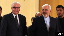 Iranian Foreign Minister Mohammad Javad Zarif (C-R) welcomes with his German counterpart Frank-Walter Steinmeier (C-L) in Tehran, Oct. 17, 2015.