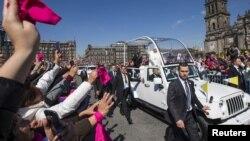 教宗方濟各在墨西哥城向歡迎人群招手致意。 (2016年2月13日)