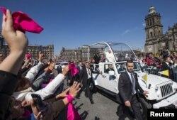 教宗方济各在墨西哥城向欢迎人群招手致意。 (2016年2月13日)