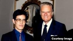 流亡美國的中國政治學者嚴家祺和葛培理牧師,攝於1988年。(受訪者提供)