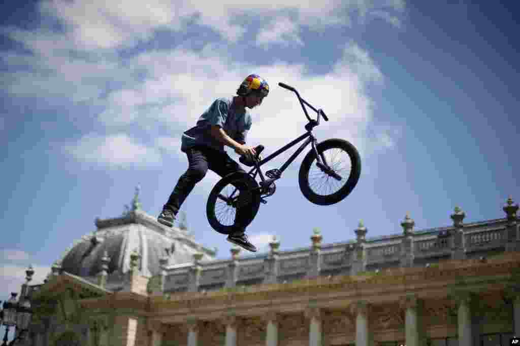 """حرکت نمایشی دوچرخه سوار در نمای بیرونی ساختمان موزه """" گراند پاله"""" پاریس"""