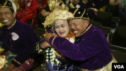 An Indonesian bride and groom hug during a mass wedding ceremony attended by 47 couples in Jakarta, Indonesia, Wednesday, May 18, 2005.