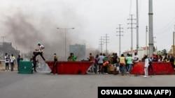 Pessoas montam barricadas durante a manifestação em Luanda, Angola. A polícia anti-motim disparou gás lacrimogéneo e agrediu dezenas de manifestantes que tomaram as ruas da capital angolana. 24 outubro 2020