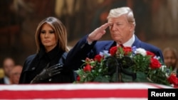Tổng thống Trump trước thi hài của cố Tổng thống Bush hôm 3/12.