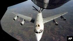 """Bức ảnh do Không quân Mỹ cung cấp cho thấy máy bay Constant Phoenix WC-135 của Mỹ trong 1 chuyến bay trước đây. Quân đội Mỹ cho biết 1 chiến đấu cơ của Trung Quốc đã tiếp cận """"thiếu chuyên nghiệp"""" một máy bay thăm dò bức xạ của Mỹ trên vùng biển Hoa Đông hôm 19/5."""
