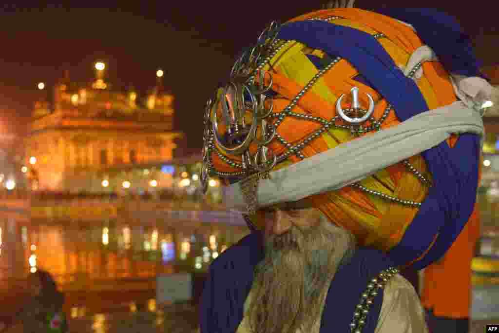 Nin Singa Singa-ha India ka mid ah oo xusaya ciidda Diwali-ga ee daka Singa Sinagha ama Sikha loo yaqaan.