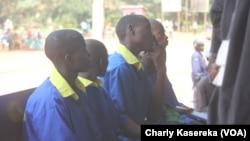 Les accusés tanzanien, congolais, ougandais, sont assis sur un banc lors du procès des rebelles présumés ADF, à Beni, RDC, le 24 août 2016. (VOA/Charly Kasereka)