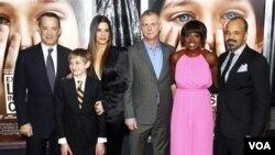 "S lijeva na desno: glumci Tom Hanks, Thomas Horn, Sandra Bullock, redatelj Stephen Daldry te glumci Viola Davis i Jeffrey Wright na premijeri filma ""Extremely Loud & Incredibly Close"" u New Yorku, 15.12.2011. (AP Photo/Peter Kramer)"