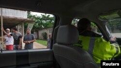 波多黎各救災人員探訪社區。