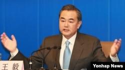 왕이 중국 외교부장이 전국인민대표대회 기간인 8일 오전 베이징 미디어센터에서 내외신 기자회견을 갖고 있다.