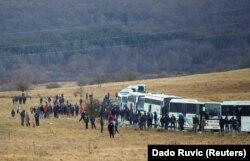 """Ratusan migran menunggu di dekat bus setelah kamp """"Lipa"""" ditutup, di Bihac, Bosnia dan Herzegovina, 30 Desember 2020. (Foto: Reuters/Dado Ruvic)"""