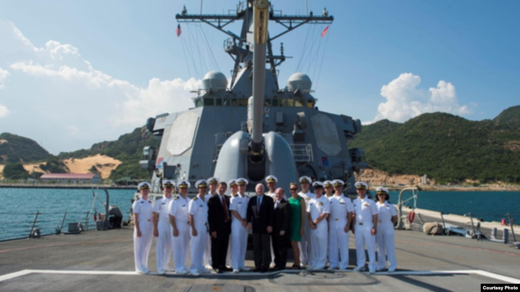 Đoàn các nhà lập pháp Hoa Kỳ do TNS John McCain dẫn đầu đến thăm tàu USS John McCain tại quân cảng Cam Ranh, Khánh Hòa, ngày 2/6/2017. (Ảnh Người Lao động)