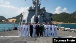 Đoàn các nhà lập pháp Hoa Kỳ do Thượng nghị sĩ John McCain dẫn đầu đến thăm tàu USS John McCain tại quân cảng Cam Ranh, Khánh Hòa, ngày 2/6/2017.