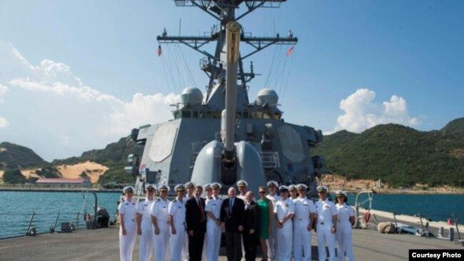 Đoàn các nhà lập pháp Hoa Kỳ, do TNS John McCain dẫn đầu, đến thăm tàu USS John McCain tại quân cảng Cam Ranh, Khánh Hòa, ngày 2/6/2017. (Ảnh Người Lao động)