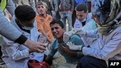 Staf medis mengobati pria Palestina yang terluka akibat bentrokan dengan pasukan keamanan Israel setelah demonstrasi di dekat perbatasan dengan Israel, di sebelah timur Khan Yunis, di Jalur Gaza selatan, 31 Maret 2018. (Foto: dok).