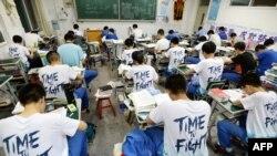 """2018年5月23日,中国河北省邯郸的高中应届毕业生在年度""""高考""""前复习功课。"""