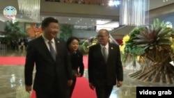 习近平与阿基诺总统交谈 (APEC TV截屏 )