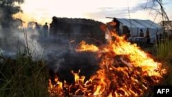 Défricher par le feu pour ériger de nouvelles tentes dans le nouveau camp de personnes déplacées à Kaga Bandoro, le 19 octobre 2016.